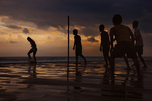 Partido de fútbol en la playa
