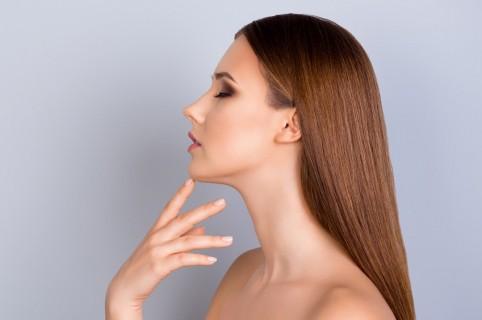 Mujer señalando su barbilla