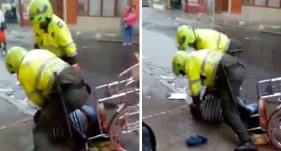 Policías golpeando a hombre en silla de ruedas