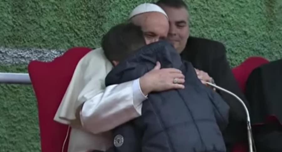 Papa consuela a niño.