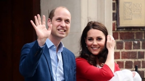 El príncipe William y Kate Middleton con su tercer hijo.