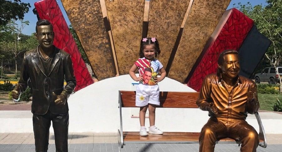 Paula Díaz Jaimes visitando las estatuas de su papá Martín Elías Díaz y su abuelo Diomedes Díaz.