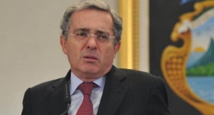 Sin querer, Álvaro Uribe compartió imagen pornográfica en su Twitter