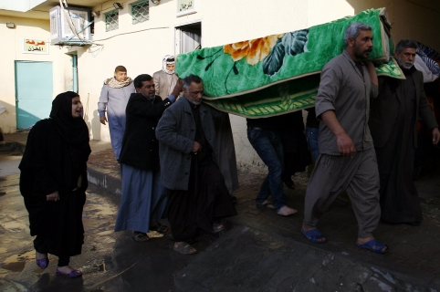 Iraqi mourners carry a coffin during the funeral of victims of bombings the previous day in Baghdad's mostly Shiite Sadr City district, on February 29, 2016, in the city of Najaf. Bombings claimed by the Islamic State group killed at least 33 people in a Shiite area of Baghdad, officials said, the deadliest attacks in the Iraqi capital this year.   / AFP / HAIDAR HAMDANI
