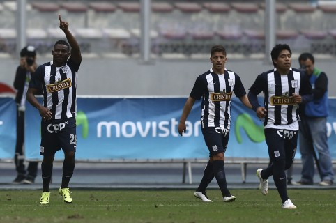 LIMA, PERU - JULY 05: Carlos Preciado of Alianza Lima celebrates after scoring the second goal of his team during a match between Sporting Cristal and Alianza Lima as part of 8th round of Torneo Apertura 2015 at Nacional Stadium on July 05, 2015 in Lima, Peru. (Photo by Daniel Apuy/LatinContent/Getty Images)