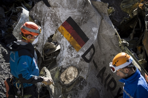 """A handout photo taken on March 31, 2015 and released by the French Interior Ministry on April 1, 2015 shows Gendarmes and rescuers from the Gendarmerie High-Mountain Rescue Group working at the crash site of the Germanwings Airbus A320 near Le Vernet, French Alps.  AFP PHOTO / HO / YVES MALENFER / DICOM / MINISTERE DE L'INTERIEUR == RESTRICTED TO EDITORIAL USE - MANDATORY CREDIT """"AFP PHOTO / YVES MALENFER / DICOM / MINISTERE DE L'INTERIEUR"""" - NO MARKETING - NO ADVERTISING CAMPAIGN - DISTRIBUTED AS A SERVICE TO CLIENTS == / AFP / MINISTERE DE L'INTERIEUR / Yves MALENFER"""