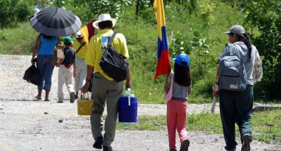Defensoría alerta desplazamiento de 2.192 personas por combates en Colombia