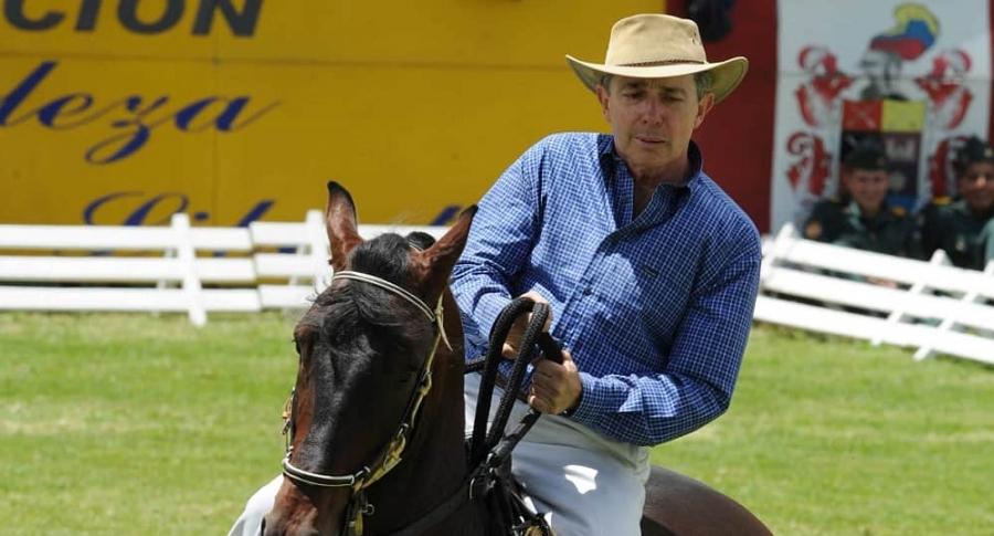 Álvaro Uribe Vélez, en caballo